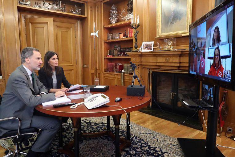 De Spaanse koning Felipe en zijn vrouw Letizia in een videovergadering. Beeld EPA