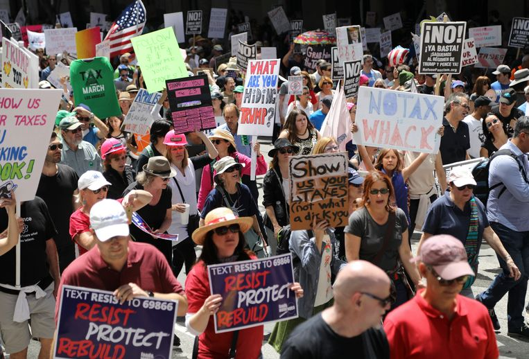 Duizenden mensen namen deel aan een demonstratie in Los Angeles op 15 april, de Amerikaanse dag van de belastingaangifte, waarin geëist werd dat Trump die van hem openbaar maakt. Beeld EPA