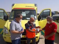 Enschedeërs brengen ambulance naar Syrië: 'Wat moet je dan, voor de televisie naar de beelden gaan zitten kijken?'