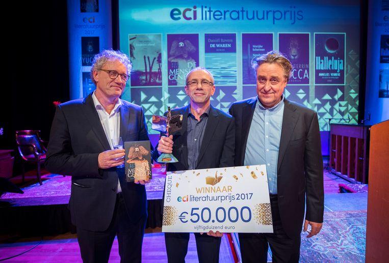 Koen Peeters (m) wint de ECI Literatuurprijs 2017. Hij wordt geflankeerd door juryvoorzitter Thom de Graaf (l) en winnaar van vorig jaar Martin Michael Driessen. Beeld ANP