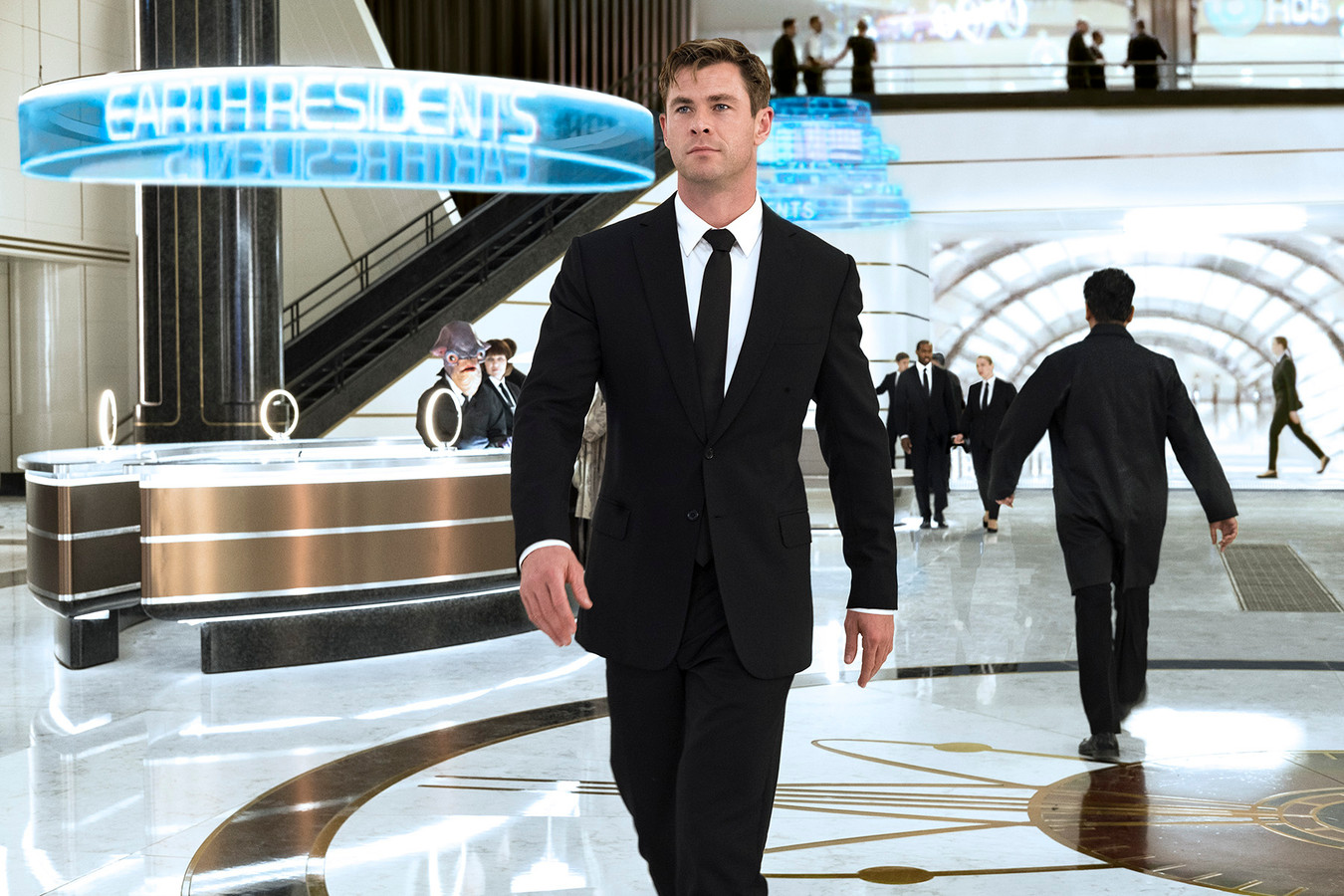 Agent H (Chris Hemsworth) in Londons MIB hoofdkwartier