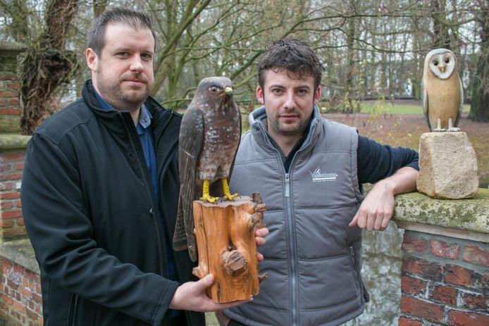 """Schepen van Dierenwelzijn Wout De Meester en Vogelbescherming Vlaanderen-directeur Frederik Thoelen, met een (houten) buizerd en uil: """"Deze vogels horen alleen thuis in de natuur."""""""