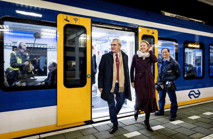 President-directeur van NS, Roger van Boxtel, en staatssecretaris Stientje van Veldhoven (Infrastructuur) stappen uit de Sprinter Nieuwe Generatie, of SNG.