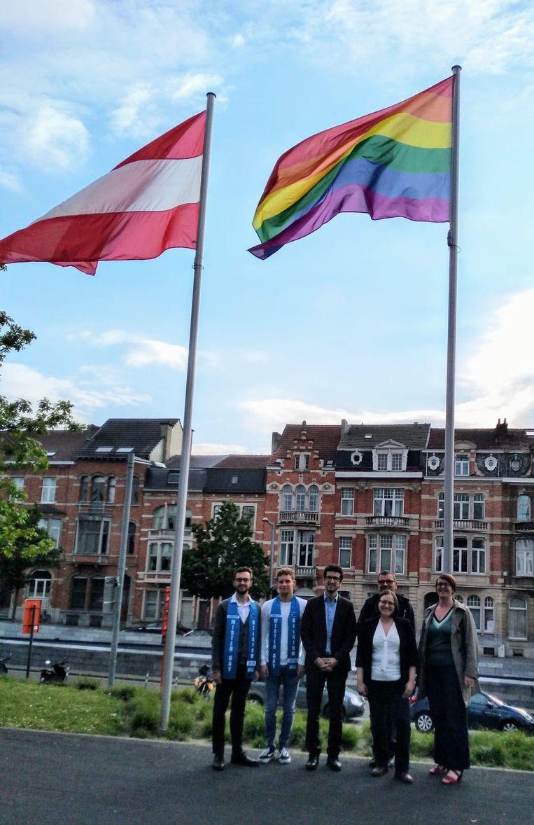Schepen van gelijke kansen, Lies Corneillie, vertegenwoordigers van het Holebihuis Vlaams-Brabant  en Dylan Du Bois en Jelle Vervloesem, finalisten van Mister Gay Belgium 2019, hesen de vlag.