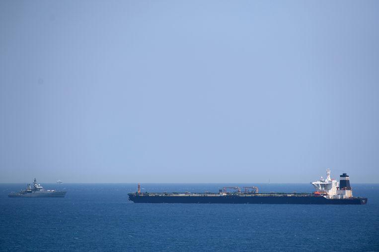 Een Brits marineschip vlakbij supertanker Grace 1. Beeld AFP