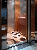Eigenlijk een standaardlift uit de keuken van Emotion. De lift wordt bijzonder door de speciale bekleding die is bedacht door een interieurarchitect. Bij de bouw houdt Emotion er al rekening mee dat er ruimte overblijft om de bekleding aan te brengen.