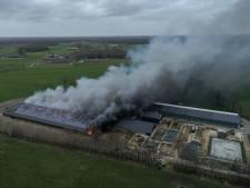 Duizenden kippen omgekomen bij schuurbrand Bentelo, twee personen naar ziekenhuis