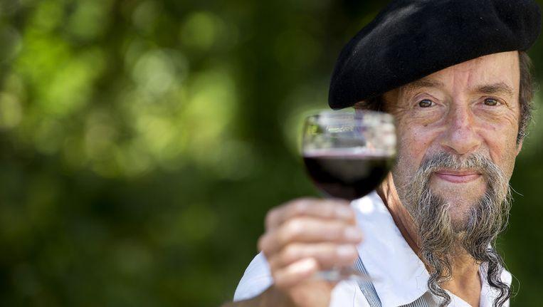 Ilja Gort tijdens de programmapresentatie van Wijn aan Gort, van omroep MAX. Beeld null