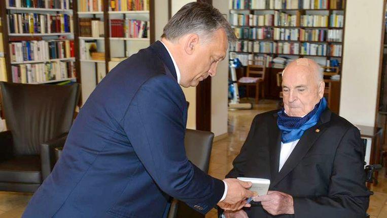 Victor Orban was vandaag op bezoek bij Helmut Kohl in zijn huis in Oggersheim. Beeld epa