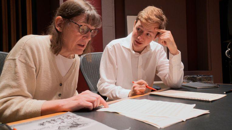 Professor Patricia Hall en student Joshua Devries bekijken het manuscript.