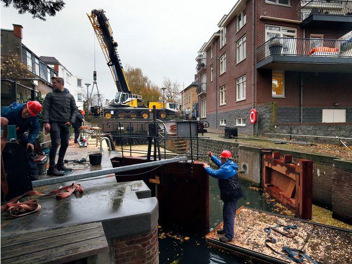 De houten deuren van de Damsluis worden deze week vervangen.
