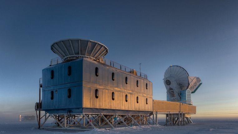 De BICEP2 telescoop (links op de foto) in het Dark Sector Lab nabij de geografische Zuidpool. Beeld Steffen Richter, Harvard University
