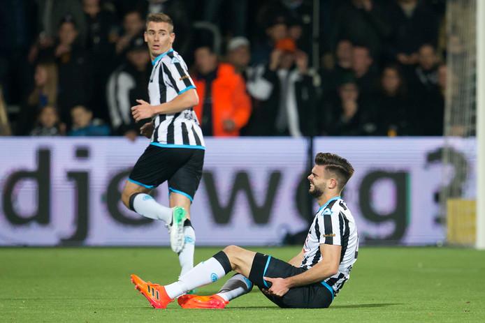 Robin Pröpper grijpt naar z'n been in het duel tegen FC Groningen en moet de strijd staken vanwege een hamstringblessure.