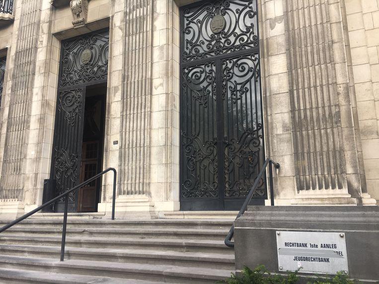 De ingang van het gerechtsgebouw in Kortrijk.