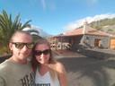 Tom Kreeft en Ilona Steur bij hun vakantieverblijf op La Palma. Het stel uit Deventer kan waarschijnlijk drie maanden lang niet wonen in hun door een brand bij de zwaar beschadigde huurwoning.
