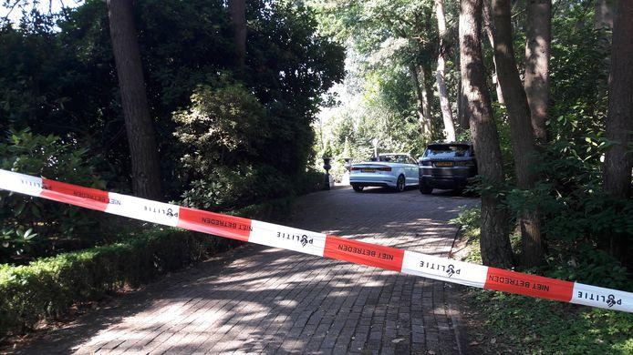 Het huis van de overvallen eigenaar van de Witte Wieven, zijn auto's, en forensisch medewerkers van de politie.