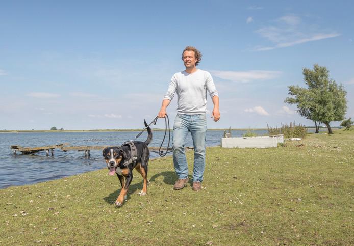 Bastiaan van 't Westeinde loopt met hond Luna in het gebied waar hij zijn eco-lodges wil bouwen.