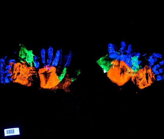 Een festivalganger drukt een kussensloop op een pop (kleine foto). Aan de hand van zijn vingerafdrukken kan Anouk de Ronde zien of er geweld is gebruikt of dat de afdrukken zijn veroorzaakt door het verschonen van de kussensloop.