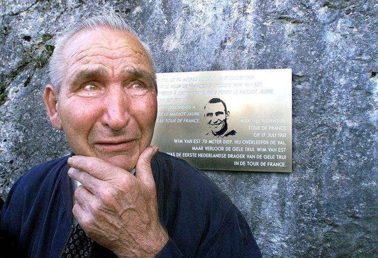 Een geëmotioneerde Wim van Est op 23 juli 2001 na de onthulling van zijn gedenkplaat op de Col d'Aubisque. © ANP Beeld