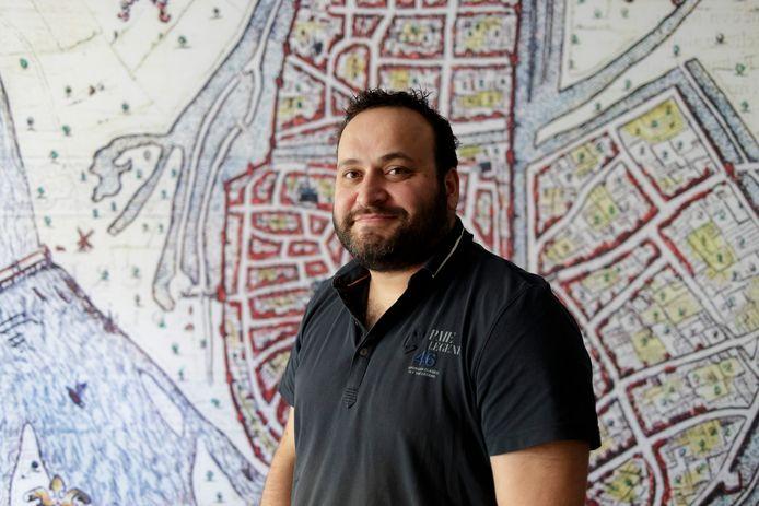 De verkoop van het pand aan de Marspoortstraat in Zutphen heeft volgens de Twellose horeca-ondernemer Ayhan Sahin geen gevolgen voor hotel-restaurant 'tOer. Hij blijft het pand onder dezelfde voorwaarden huren.