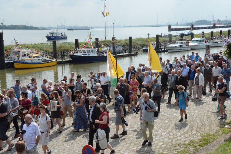 Normaal is Doel bijna uitgestorven, maar zondag werd het overspoeld door duizenden mensen voor de Scheldewijdingsfeesten.