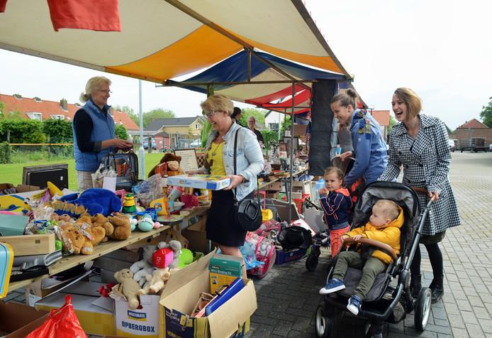Zes kramen rommelmarkt en heel veel andere stands en vertier: op de rommelmarkt bij de Ark in Oosterland kun je een tijdje dwalen