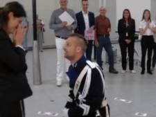 Nick (25) vraagt hand vriendin met flashmob op Schiphol