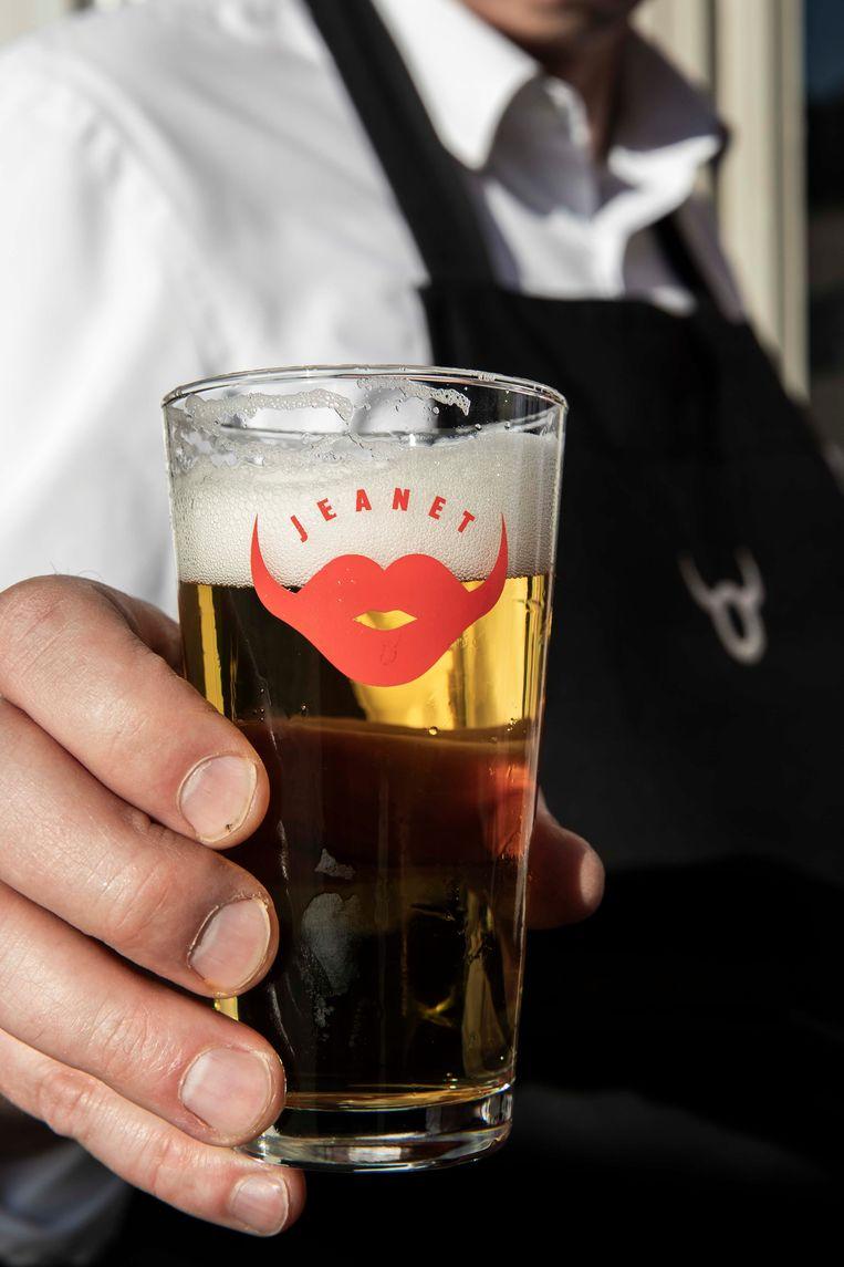 Jeanet is een uniek bier, exclusief geschonken tijdens de carnavalsweek in het kader van Cosmocafés 'Zeven Zonden'.