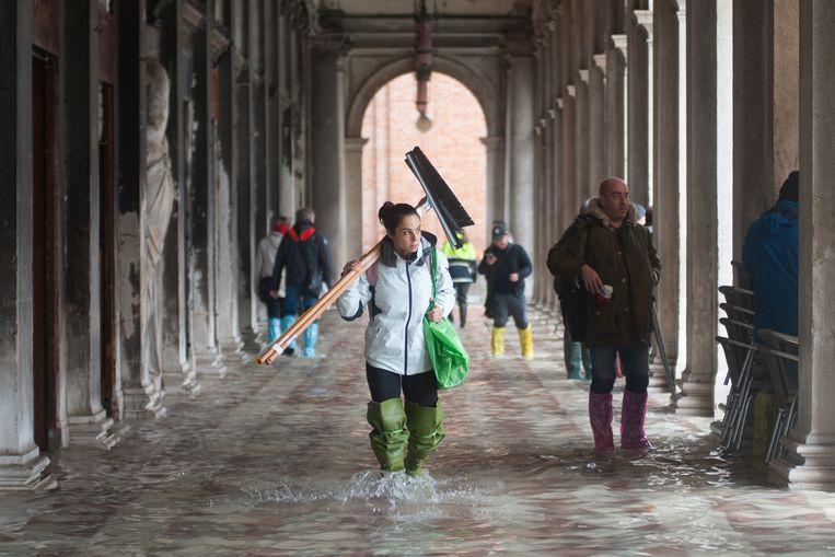 Onze correspondent: 'Lege straten, aardedonker, dode ratten en de geur van rotting: overstroomd Venetië voelt apocalyptisch aan' - Volkskrant
