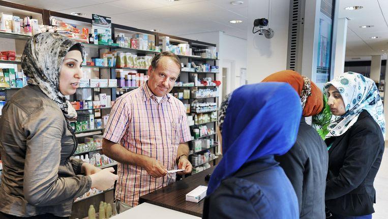 Een apotheker helpt klanten. Beeld Guus Dubbelman / de Volkskrant
