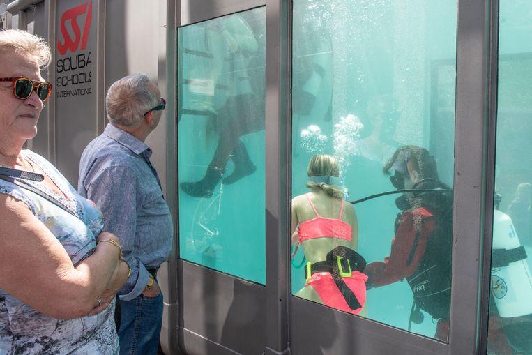 Wie dat wou, kon ook eens kopje onder in de duikcontainer.