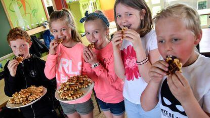Kinderen 't Veertje bakken voor Make-A-Wish