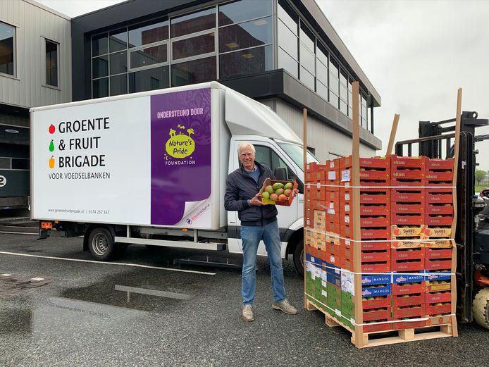 Willem van Prooijen, de voorzitter van de Groente & Fruitbrigade bij de nieuwe vrachtwagen.