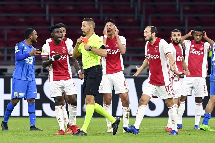 Edson Álvarez kreeg zaterdagavond rood tegen Vitesse.