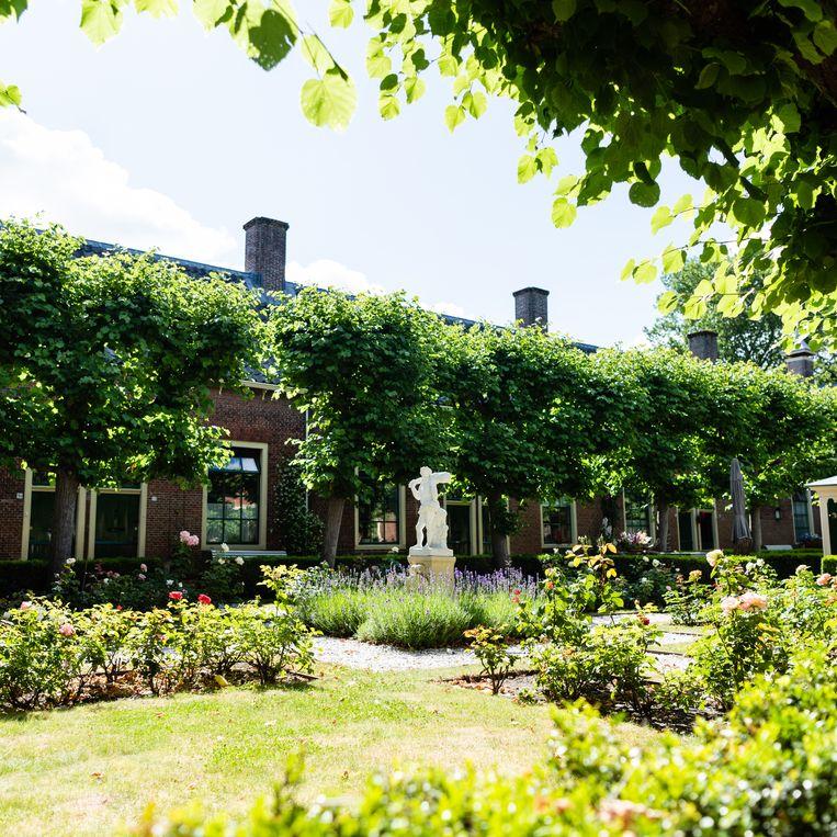 Het Wildemanshofje in Alkmaar bij de Oudegracht. Beeld Katja Poelwijk