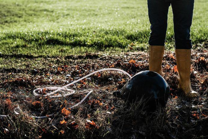 Een rubberen bal waarmee boeren hun duikers kunnen afsluiten om het regenwater vast te houden voor een gezond grondwaterpeil.