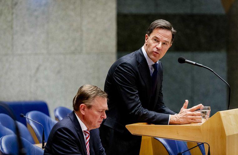 Premier Mark Rutte en Bruno Bruins, minister van medische zorg en sport tijdens het wekelijks vragenuur in de Tweede Kamer. Beeld ANP