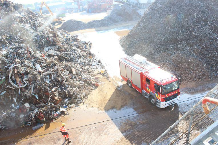 Deze afvalberg van metaal vatte vuur bij Galloo Gent.