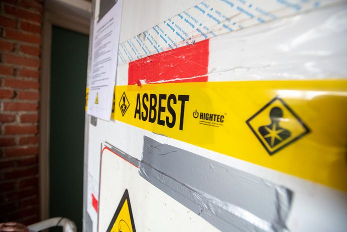 Een legale sanering, zoals op deze foto, is met allerlei voorzorgsmaatregelen omgeven.  De omgevingsdienst controleert hier ook. Op malafide bedrijven die stiekem hun gang gaan daarentegen, ontbreekt nog vaak het zicht.