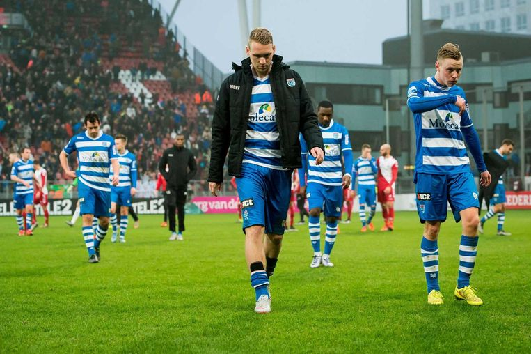 Spelers van PEC Zwolle druipen af na verloren wedstrijd. Beeld anp