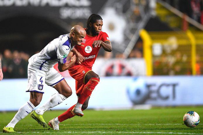 Kompany houdt Mbokani in bedwang. De Anderlecht-kapitein was ijzersterk.