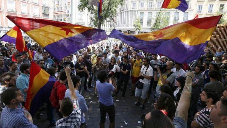 Demonstranten zwaaien met republikeinse vlaggen tijdens een kleinschalig protest in Madrid, juni vorige jaar. Demonstreren kan de Spanjaard nu duur komen te staan. Beeld reuters