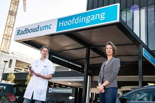 Martijn en Wyke Stommel voor de hoofdingang van het Radboudumc.