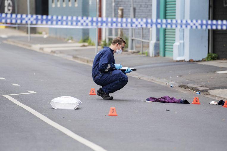 Een forensisch medewerker aan het werk op de plek van de schietpartij.