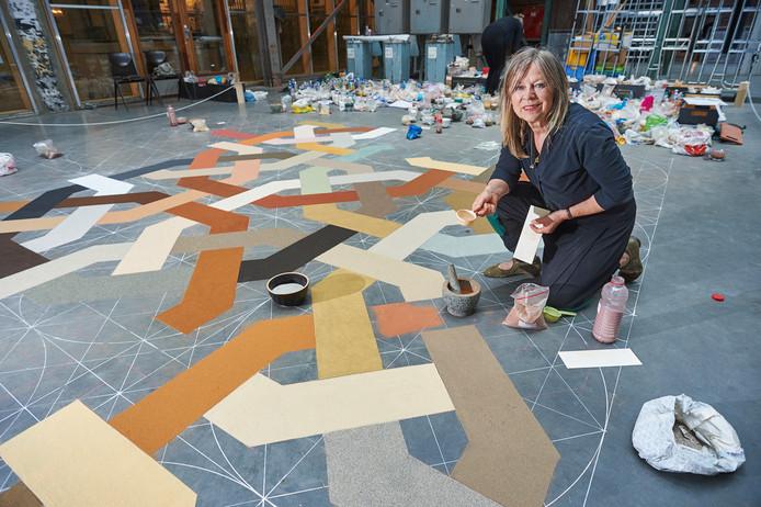 Elvira Wersche bezig met kunstwerk met zand uit de hele wereld voor Fabriek Magnifique.  Noordkade Veghel. Fotograaf: Van Assendelft/Jeroen Appels