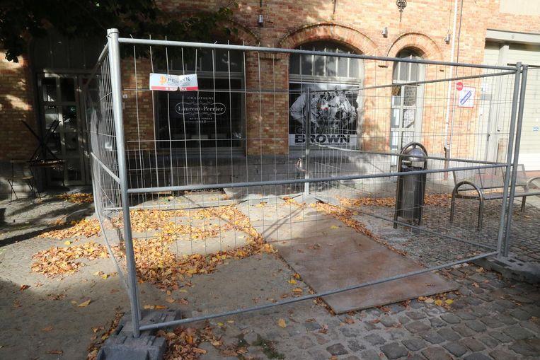 De put is afgedekt en er is een hek omheen geplaatst.