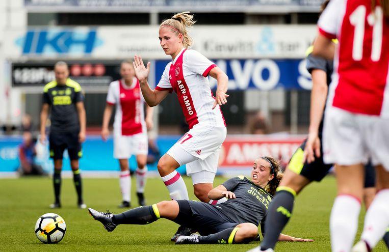 Ajacied Kelly Zeeman in duel met Jeslynn Kuijpers van PSV tijdens de bekerfinale in 2018.   Beeld ANP