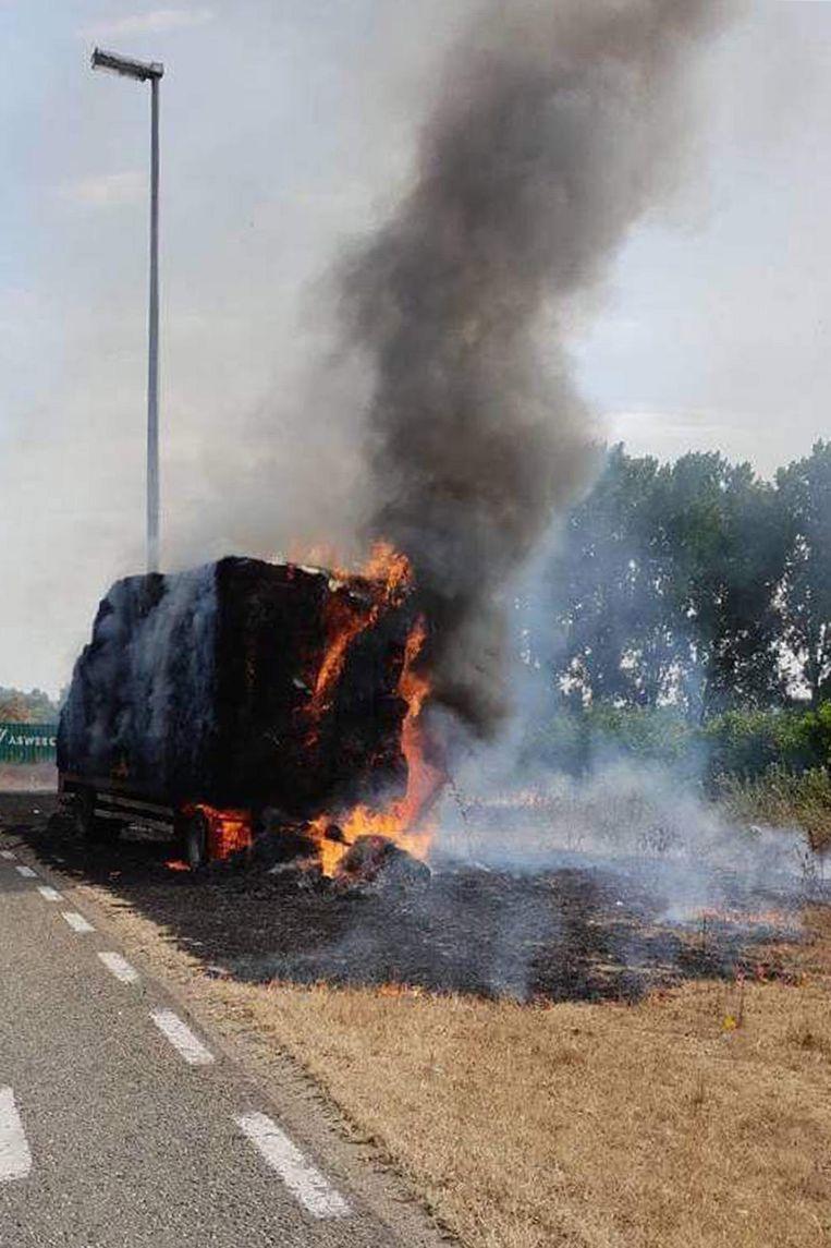 De chauffeur kon de brandende hooiwagen loskoppelen.