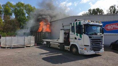 Takelaar voorkomt erger bij containerbrand naast de deur