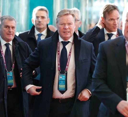 Bondscoach Ronald Koeman arriveert bij het Convention Centre in Dublin, waar de loting gehouden wordt.
